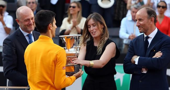 Djokovic premiato dal ministro Maria Elena Boschi (foto Tonelli)